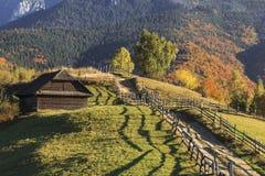 Route et maison sur une colline en automne photo libre de droits