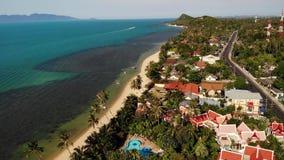 Route et maisons sur le bord de la mer Vue de bourdon de route principale et de cottages côtiers sur l'île de Ko Samui le jour en banque de vidéos