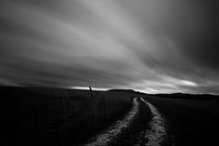 Route et nuages mobiles Photographie stock libre de droits