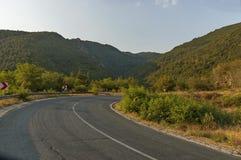 Route et panneau routier de montagne dans le balkan central, le Beklemeto ou le passage Trojan photo stock