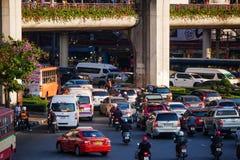 Route et personnes serrées employant le transport en commun à Bangkok image libre de droits