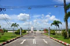 Route et piste avec la barrière de maille de l'aéroport de Trang Image stock