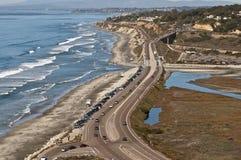 Route et plage côtières, la Californie Photos stock