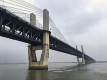 Route et pont de chemin de fer combinés, Chine Image libre de droits