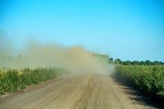 Route et poussière rurales après une voiture Images stock