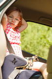 Route et sécurité Petite fille s'asseyant dans le siège de voiture Photographie stock