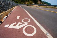 Route et signe de vélo Images libres de droits