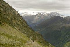 Route et tunnel de montagne dans les alpes italiennes Photographie stock