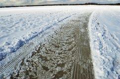 Route et voies sur le lac snowcovered congelé Photo libre de droits