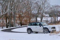 Route et voiture de campagne d'enroulement en hiver photographie stock libre de droits