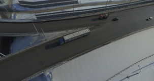 Route et voitures dans la vidéo d'antenne d'hiver clips vidéos