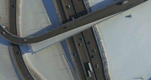 Route et voitures dans la vidéo d'antenne d'hiver banque de vidéos