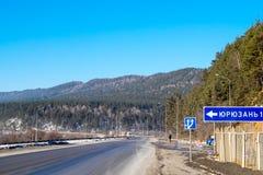 Route fédérale M5 Ural Tournez jusqu'à la ville de Yuryuzan image libre de droits