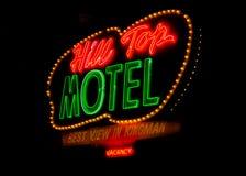 Route 66: För motellneon för kulle bästa tecken, Kingman, AZ Royaltyfri Bild