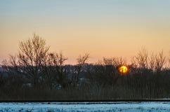 Route ferroviaire vide et le coucher du soleil Images libres de droits