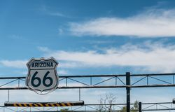 Route 66 flyg- tecken på det mellanstatligt fotografering för bildbyråer