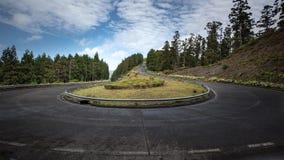 Route foncée faisante le coin de montagne d'épingle à cheveux - sao Miguel Portugal des Açores Image libre de droits