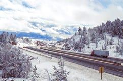 Route fonctionnant par un passage de montagne en hiver Photo libre de droits