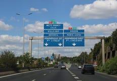 Route française à Paris et à plus d'endroit dans le poteau de signalisation photos libres de droits