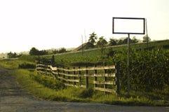 Route, frontière de sécurité et un signe Photos stock
