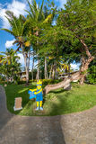 Route gaie d'indicateur à la plage sur un fond des palmiers Image libre de droits