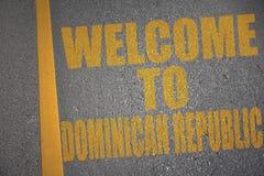 route goudronnée avec l'accueil des textes vers la République Dominicaine près de la ligne jaune illustration libre de droits