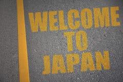 route goudronnée avec l'accueil des textes vers le Japon près de la ligne jaune Images stock