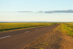 Route goudronnée avec le fond de paysage de nature de coucher du soleil Photo stock