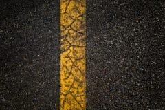 Route goudronnée avec les lignes jaunes de séparation photographie stock libre de droits