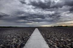Route goudronnée Ciel de tonnerre Désert image stock
