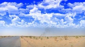 Route goudronnée dans le désert en dehors de la ville Images libres de droits