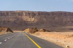 Route goudronnée dans le désert Negev, Israël, route 40, infrast de transport Photographie stock