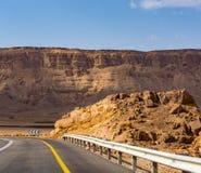 Route goudronnée dans le désert Negev, Israël, route 40, infrast de transport Images libres de droits