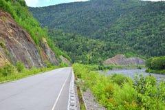 Route goudronnée dans les collines photos libres de droits