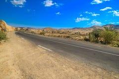 Route goudronnée dans un désert image libre de droits