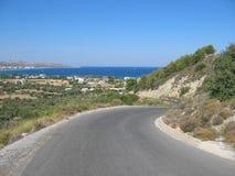 Route goudronnée droite le long de la mer Images libres de droits