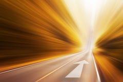 Route goudronnée et flèche de direction Photos libres de droits