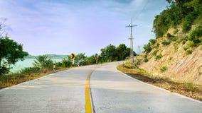 Route goudronnée et forêt photos stock