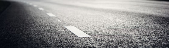 Route goudronnée et lignes de démarcation