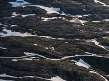 Route goudronnée sinueuse dans le paysage rocheux Images libres de droits