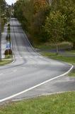 Route goudronnée vide avec une montée raide Images libres de droits
