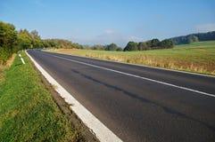 Route goudronnée vide dans la campagne, courbure de route Image libre de droits