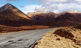 Route goudronnée vide en hautes montagnes Images stock