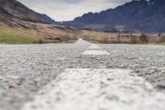 Route goudronnée vide en montagnes closeup Photo libre de droits