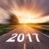 Route goudronnée vide et concept 2017 de nouvelle année Photos libres de droits