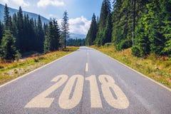 Route goudronnée vide et concept 2018 de nouvelle année Entraînement sur un empt Photographie stock