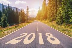 Route goudronnée vide et concept 2018 de nouvelle année Entraînement sur un empt Image stock