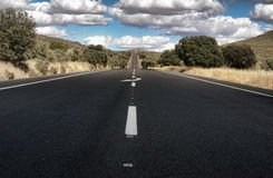 Route goudronnée et ligne inscription blanche Photographie stock libre de droits