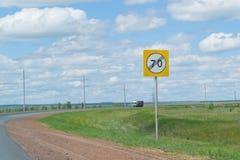 Route higway du signe 70 de vitesse Photo libre de droits