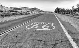 Route 66 histórico com pavimento assina dentro Califórnia Foto de Stock Royalty Free